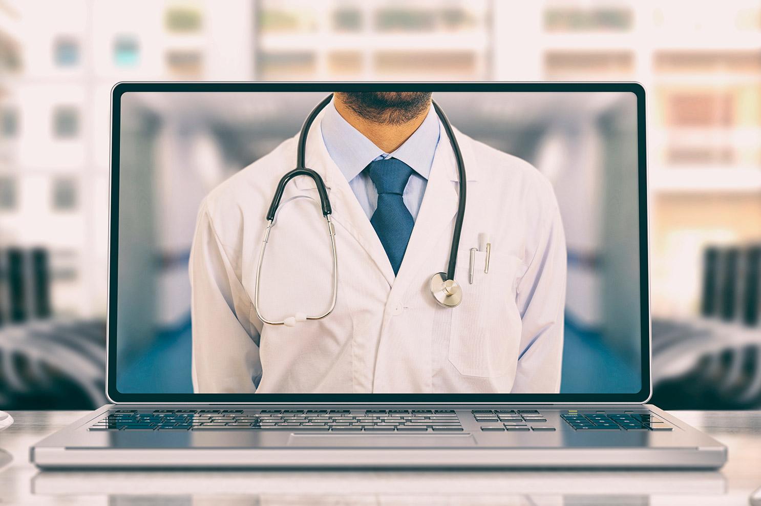 Doctor consultando a distancia gracias a la telemedicina